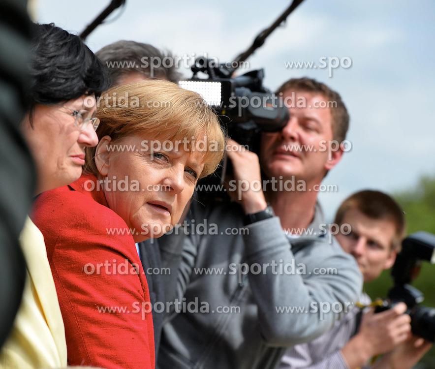 04.06.2013, Greiz, GER, Bundeskanzlerin Angela Merkel besucht Hochwassergebiet in Thueringen, im Bild Bundeskanzlerin Angela MERKEL (CDU, Mitte) schaut skeptisch auf den Fluss Weisse Elster // during visits flood area of German Chancellor Angela Merkel at Greiz, Germany on 2013/04/06. EXPA Pictures &copy; 2013, PhotoCredit: EXPA/ Eibner/ Bert Harzer<br /> <br /> ***** ATTENTION - OUT OF GER *****