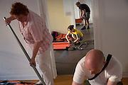 Freiwillige Helfer bauen im ehemaligen Rathaus Wilmersdorf Feldbetten auf. In dem Gebäude entsteht innerhalb weniger Stunden eine Notunterkunft für Flüchtlinge.