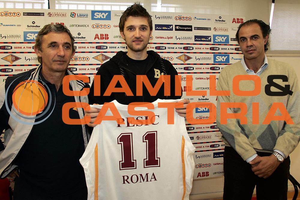 DESCRIZIONE : Roma Palazzetto dello Sport Presentazione neo acquisto Marko Pesic<br /> GIOCATORE : Marko Pesic e coach Pesic<br /> SQUADRA : Lottomatica Virtus Roma<br /> EVENTO : Presentazione neo acquisto Lega A1 2005-2006<br /> GARA : <br /> DATA : 11/11/2005<br /> CATEGORIA :<br /> SPORT : Pallacanestro<br /> AUTORE : Agenzia Ciamillo&amp;Castoria