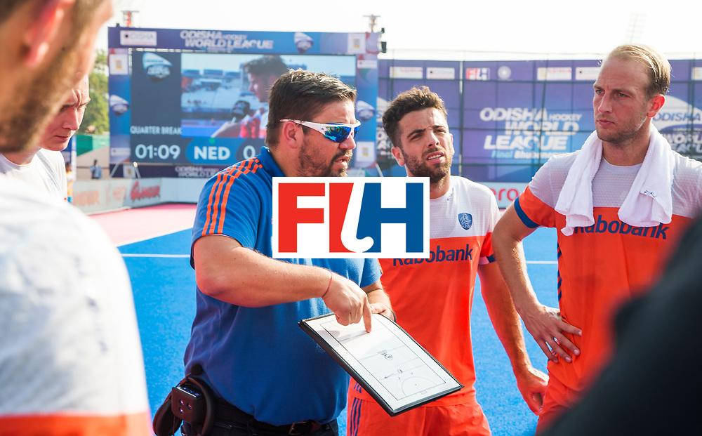 BHUBANESWAR -  bondscoach Max Caldas (Ned) met Valentin Verga (Ned) en Billy Bakker (Ned) tijdens  de Hockey World League Final wedstrijd Nederland-Spanje . COPYRIGHT  KOEN SUYK