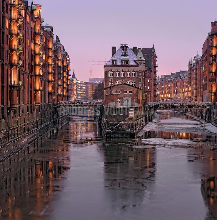 Teekontor in der Speicherstadt in Hamburg im Winter mit vereistem Kanal