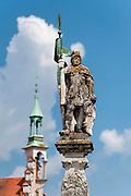 Brunnenfigur, Stadtplatz, Straubing, Donau, Bayerischer Wald, Bayern, Deutschland | fountain figure, Stadtplatz, town square, Straubing, Danube, Bavarian Forest, Bavaria, Germany