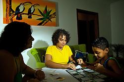 Rosimere de Oliveira, (C), tem união estável registrada em cartório com a Rosangela (E) desde 2001 e criam o Lucas. Elas foram benficiadas com a decisão da justiça gaúcha dada pela desembargadora Maria Berenice Dias. FOTO: Lucas Uebel/Preview.com
