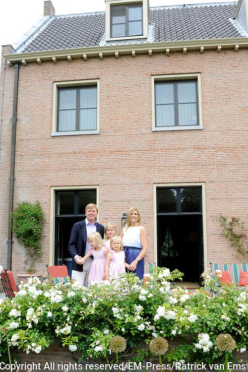 Fotosessie van de Koninklijke familie op Landgoed de Horsten in Wassenaar.<br /> <br /> Op de foto:<br /> <br /> <br /> <br />  DUTCH Zijne Koninklijke Hoogheid de Prins van Oranje, Hare Koninklijke Hoogheid Prinses M&aacute;xima der Nederlanden en hun dochters Prinses Catharina-Amalia, Prinses Alexia en Prinses Ariane //  ENGLISH His Royal Highness the Prince of Orange, Her Royal Highness Princess M&aacute;xima of the Netherlands and their daughters, Princess Catharina-Amalia, Princess Alexia and Princess Ariane