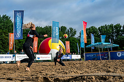Hester Jasper, Marrit Jasper in action. From July 1, competition in the Netherlands may be played again for the first time since the start of the corona pandemic. Nevobo and Sportworx, the organizer of the DELA Eredivisie Beach volleyball, are taking this opportunity with both hands. At sunrise, Wednesday exactly at 5.24 a.m., the first whistle will sound for the DELA Eredivisie opening tournament in Zaandam on 1 July 2020 in Zaandam.
