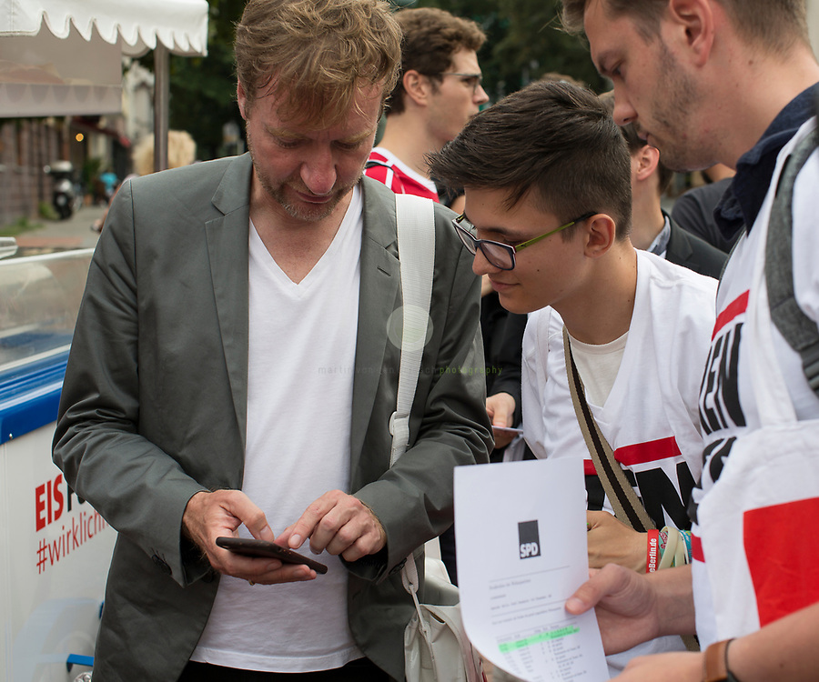 Mit dem SPD-Abgeordneten Timm Renner auf Tuer-zu-Tuer Wahlkampf in seinem Wahlkreis Berlin Charlottenburg-Wilmersdorf. Begleitet von einem Pressetross stellt sich Tim Renner den Buegern seines Wahlkreises vor. Renner ist Musikproduzent, Journalist und Autor; von 2014 bis 2016 war er Berliner Staatssekretaer für Kultur. Hier bespricht er mit Wahlkampf-Helfern die Marschroute.