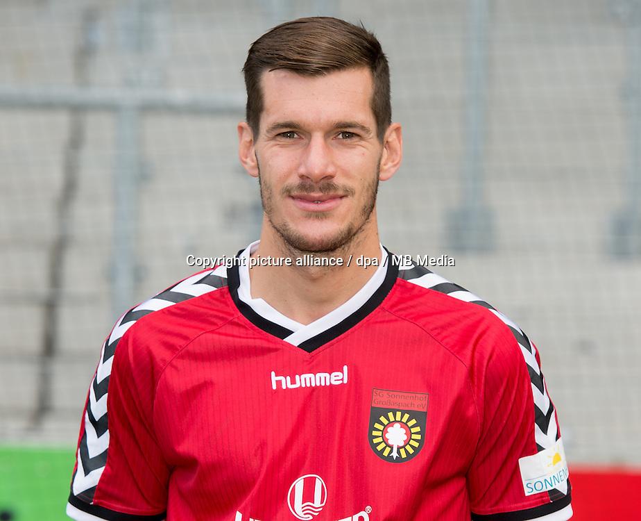 Fußball 3. Liga, Mannschaftsportraittermin SG Sonnenhof Grossaspach: Robin Schuster posiert am 24.06.2015 in Grossaspach (Baden-Württemberg). Foto: Daniel Maurer/dpa