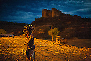 """A man waits for the day to come as they celebrate Holy Week in Copper Canyon in Mexico. SPANISH: Un indígena rarámuri observa la ceremonia ritual donde se decora el cuerpo de los pascolas, danzantes elegidos para cumplir con la tarea de """"acabar con el mal"""" durante la Semana Santa en Norogachi, México, el 10 de abril de 2009."""