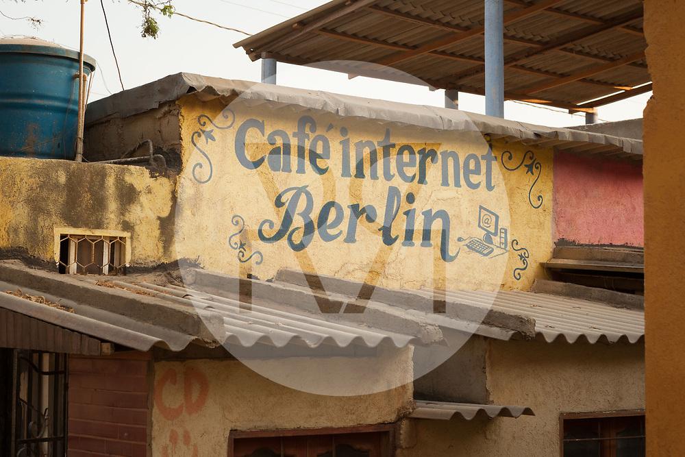 KOLUMBIEN - TAGANGA - Beschriftete Hausfassade 'Café internet Berlin' Internet Café - 8. Mai 2014 © Raphael Hünerfauth - http://huenerfauth.ch