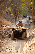 KOLUMBIEN - TAGANGA - Bauarbeiter transportiert Bambus  mit einem Vierradmotorrad auf die Baustelle von Hostel Casa Horizonte - 20. März 2014 © Raphael Hünerfauth - http://huenerfauth.ch