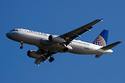 Airbus A320-232 (N488UA) operated by United Airlines on approach to San Francisco International Airport (SFO), San Francisco, California, United States of America