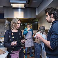 Nederland, Amsterdam, 18 februari 2016.<br />Aan de Mauritskade nummer 17 zit sinds kort een kleinschalige opvang voor Syrische vluchtelingen. Initiatiefneemster is Lian Primus in samenwerking met Stadsdeel Oost.<br />Op de foto: Lian in de keuken in gesprek met een jonge Syrische vluchteling die net een verblijfsvergunning heeft ontvangen.<br /><br /><br /><br />Foto: Jean-Pierre Jans