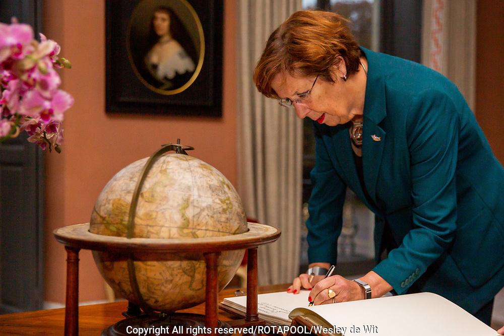 DEN HAAG - Koning Willem-Alexander ontving vanochtend op paleis Huis Ten Bosch de voorzitter van de Eerste Kamerfractie van de VVD, mevrouw Annemarie Jorritsma-Lebbink. Foto: ROTAPOOL   Wesley de Wit