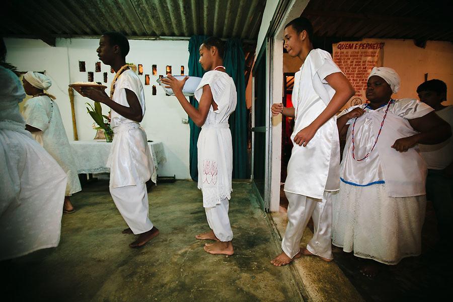 CANDOMBLE SUFFERED PERSECUTIONS SINCE ITS BIRTH IN BRASIL. NOW, UNDER THE PRESSURE OF GROWING EVANGELISM, IT'S TIME TO LOOK FOR ACEPTANCE. FATHER MAURICIO D'OBA BARU LEADS A RITUAL INTENDED TO CLEAN A BOY'S AURA, ALLEGEDLY AFFECTED BY ENVY. / EL CANDOMBLE SUFRIO PERSECUCIONES DESDE SU NACIMIENTO EN BRASIL. AHORA, SO PRESION DEL EVANGELISMO CRECIENTE, BUSCA LA ACEPTACION PARA SOBREVIVIR. PAI MAURICIO D'OBA BARU REALIZA UN RITUAL DESTINADO A LIMPIAR EL AURA DE UN JOVEN, SUPUESTAMENTE AFECTADO POR LA ENVIDIA.