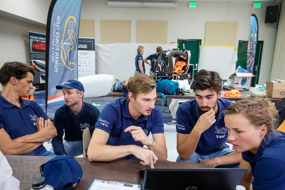 Voor de laatste kans het record te breken, overlegt het team wat ze kunnen doen. Het Human Power Team Delft en Amsterdam, dat bestaat uit studenten van de TU Delft en de VU Amsterdam, is in Amerika om tijdens de World Human Powered Speed Challenge in Nevada een poging te doen het wereldrecord snelfietsen voor vrouwen te verbreken met de VeloX 9, een gestroomlijnde ligfiets. Dat staat sinds 13 september 2019 op naam van Ilona Peltier met 126,52 km/u. De Canadees Todd Reichert is de snelste man met 144,17 km/h sinds 2016.<br /> <br /> With the VeloX 9, a special recumbent bike, the Human Power Team Delft and Amsterdam, consisting of students of the TU Delft and the VU Amsterdam, wants to set a new woman's world record cycling in September at the World Human Powered Speed Challenge in Nevada. The current record is 126,52 km/h by Ilona Peltier.  The fastest man is Todd Reichert with 144,17 km/h.