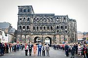 Zijne Majesteit Koning Willem-Alexander en Hare Majesteit Koningin M&aacute;xima brengen een werkbezoek aan de Duitse deelstaten Rijnland-Palts en Saarland.<br /> <br /> His Majesty King Willem-Alexander and Her Majesty Queen M&aacute;xima paid a working visit to the German federal states of Rhineland-Palatinate and Saarland.<br /> <br /> op de foto / On the Photo: Bezichtiging Porta Nigra, h&eacute;t herkenningsteken van Trier / Viewing Porta Nigra, the landmark of Trier.
