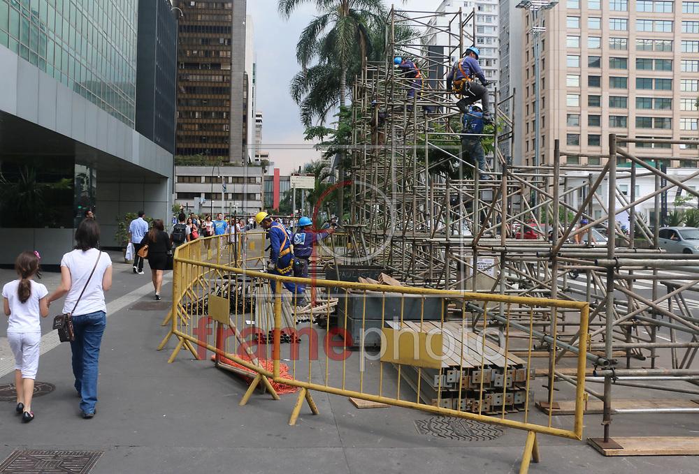 São Paulo (SP), 21/11/2014. Nesta sexta feira (21) operários começaram a trabalhar na montagem da estrutura da decoração de Natal da Avenida Paulista. Foto: Marcelo S. Camargo/Frame