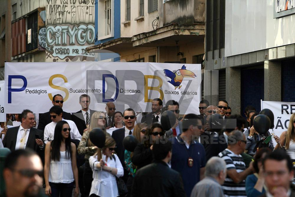 SAO PAULO, SP - 08.08.2013 - MANIFESTAÇÃO DELEGADOS/POLICIAIS CIVIS - Operação Blecaute fez apagão de 4 horas nas delegacias de todo o Estado e as 14hs saiu em passeata, da Associação de Delegados de Policia do Estado de São Paulo - ADPESP, pelas ruas do centro de São Paulo seguindo em direção a Delegacia Geral, aonde fizeram um apitaço e cantaram o hino nacional. Uma comissão foi recebida pelo delegado geral Dr. Luis Mauricio Blazek. Dr  . (Foto: Mauricio Camargo / Brazil Photo Press).