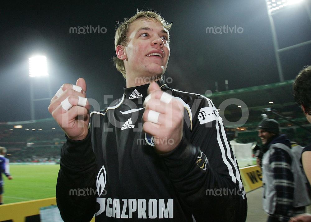 Fussball   1. Bundesliga   Saison 2006/2007   20. Spieltag SV Werder Bremen - FC Schalke 04              Fabian ERNST (Schalke) jubelt in der Fankurve