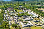 Nederland, Noord-Brabant, Vught, 13-05-2019; PI Vught - Penitiaire Inrichting Vught, overzicht, het complex huisvest onder andere de gevangenis, Huis van Bewaring (HvB) en Extra beveiligde inrichting (EBI), boven het midden, half rond. Linksonder deel van het voormalige concentratiekamp. Verder op het terrein Inrichting voor Stelselmatige Daders (ISD), , Terroristen Afdeling (TA), Beheersproblematische Gedetineerden (BPG), Langdurige Forensische Psychiatrische Zorg (LFPZ), Zeer intensieve Specialistische Zorg (ZISZ) als een Penitentiair Psychiatrisch Centrum (PPC).<br /> Prison complex Vught.