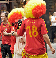 GEPA-2606087315 - WIEN,AUSTRIA,26.JUN.08 - FUSSBALL - UEFA Europameisterschaft, EURO 2008, Host City Fan Zone, Fanmeile, Fan Meile, Public Viewing. Bild zeigt Spanien-Fans am Stephansplatz. <br />