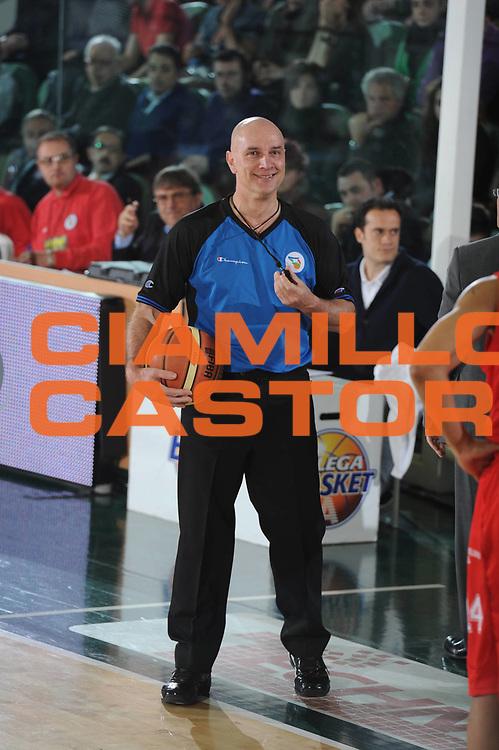 DESCRIZIONE : Avellino Lega A 2010-11 Air Avellino Armani Jeans Milano<br /> GIOCATORE : arbitro<br /> SQUADRA : <br /> EVENTO : Campionato Lega A 2010-2011<br /> GARA : Air Avellino Armani Jeans Milano<br /> DATA : 03/04/2011<br /> CATEGORIA : arbitro<br /> SPORT : Pallacanestro<br /> AUTORE : Agenzia Ciamillo-Castoria/GiulioCiamillo<br /> Galleria : Lega Basket A 2010-2011<br /> Fotonotizia : Avellino Lega A 2010-11 Air Avellino Armani Jeans Milano<br /> Predefinita :