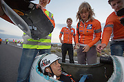 Sebastiaan Bowier komt aan bij de finish. Bowier heeft op de laatste dag met de VeloX3 van het Human Power Team Delft en Amsterdam een nieuw wereldrecord gezet. Hij haalde een snelheid van   In Battle Mountain (Nevada) wordt ieder jaar de World Human Powered Speed Challenge gehouden. Tijdens deze wedstrijd wordt geprobeerd zo hard mogelijk te fietsen op pure menskracht. Ze halen snelheden tot 133 km/h. De deelnemers bestaan zowel uit teams van universiteiten als uit hobbyisten. Met de gestroomlijnde fietsen willen ze laten zien wat mogelijk is met menskracht. De speciale ligfietsen kunnen gezien worden als de Formule 1 van het fietsen. De kennis die wordt opgedaan wordt ook gebruikt om duurzaam vervoer verder te ontwikkelen.<br /> <br /> Sebastiaan Bowier gets out of the bike after. Bowier sets a new world record speed biking with the VeloX3 of the Human Power Team Delft and Amsterdam. His speed was   . In Battle Mountain (Nevada) each year the World Human Powered Speed ​​Challenge is held. During this race they try to ride on pure manpower as hard as possible. Speeds up to 133 km/h are reached. The participants consist of both teams from universities and from hobbyists. With the sleek bikes they want to show what is possible with human power. The special recumbent bicycles can be seen as the Formula 1 of the bicycle. The knowledge gained is also used to develop sustainable transport.