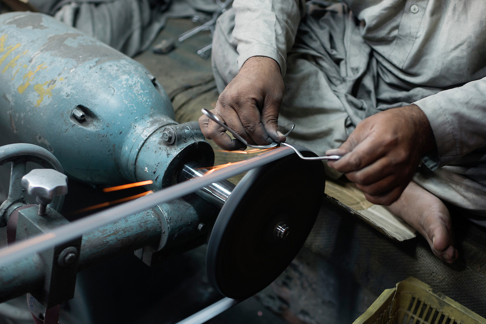 20141027 Sialkot<br /> Many of the larger factories also have their own forges and heavy machinery, even here, at a top level factory, workers lack proper safety equipment.<br /> Foto: Vilhelm Stokstad / Kontinent