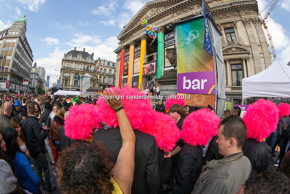 Beursplein met bar en roze pruiken. About 80,000 participants at the Belgian Pride parade. The Pride Parade is an event to celebrate the LGBT (Lesbian, gay, bisexual, transgender) community and demand equal rights..Belgium celebrates its 10th anniversary of gay marriage and seven years of the opening of adoption in same-sex couple.