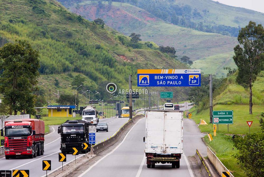Rodovia Presidente Dutra. Divisa dos estados do RJ e SP./ President Dutra Highway. Frontier between Rio de Janeiro State and Sao Paulo State.