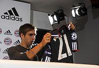 Fussball 1. Bundesliga:  Saison   2010/2011    Pressekonferenz  beim FC Bayern Muenchen 11.08.2010 Philipp Lahm (FC Bayern Muenchen) mit dem neue ADIDAS CL  Trikot