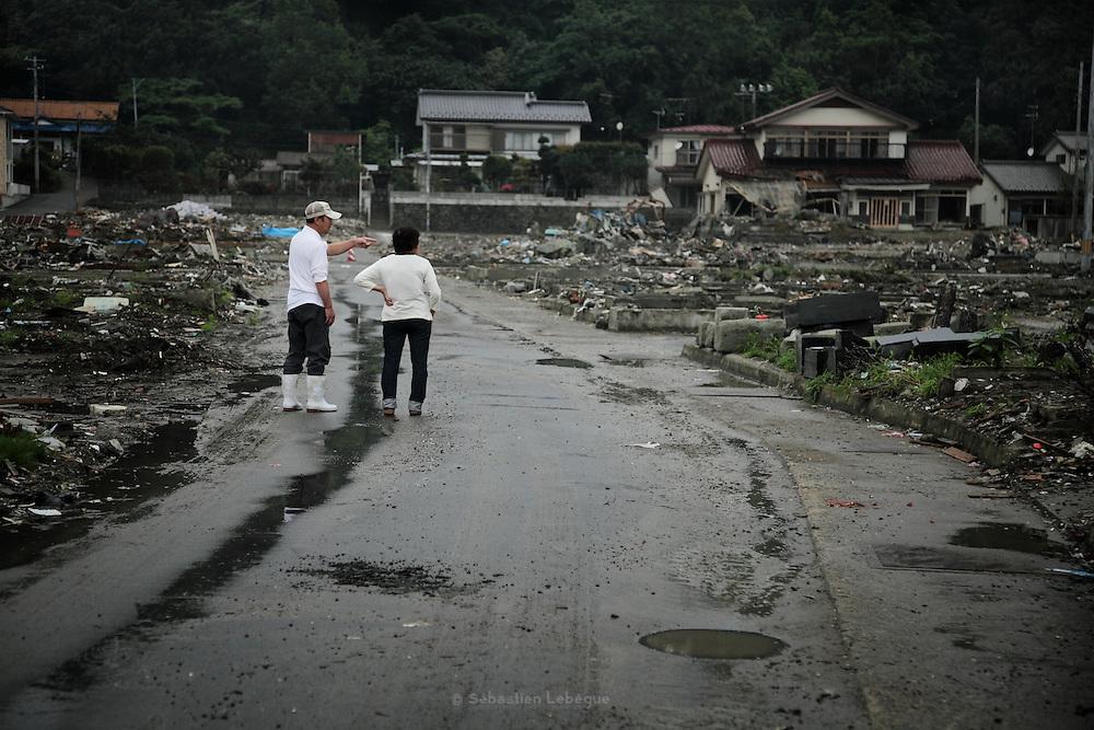 Il n'existe quasiment plus rien du quartier Minami Hamacho. Les habitants viennent toujours constater les dégats ou essayer de nettoyer des parcelles. Ici, ces personnes s'arrètent face au cimetière où toutes les stèles de pièrre et de marbre ont été renversées.