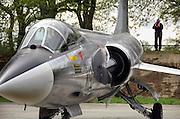 Duitsland, Weeze, 1-5-2008..Luchthaven Niederrhein (Weeze airport), vlak over de grens bij Nijmegen, bestaat 5 jaar. Deze voormalige Britse luchtmachtbasis is een tot een succesvol leven als burgervliegveld..getransformeerd. Ryanair vliegt op verschillende bestemmingen. t.g.v. hiervan werden gisteren en vandaag een vliegshow gegeven. Ook konden mensen een deel van de vroegere basis bekijken...Op de foto eenStarfighter, bijgenaamd de vliegende doodskist, die door een oudere man op de foto wordt gezet...Foto: Flip Franssen/Hollandse Hoogte