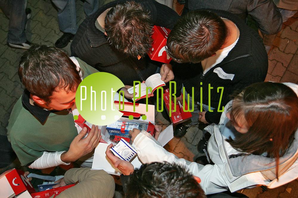 Mannheim. Berufsakademie (BA). Stadtmarketing verteilt einen Gru&szlig; aus der Stadt in Form einer roten Willkommensbox. (Erstibox)<br /> <br /> Bild: Markus Pro&szlig;witz<br /> ++++ Archivbilder und weitere Motive finden Sie auch in unserem OnlineArchiv. www.masterpress.org ++++