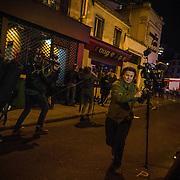 Des journalistes se mettent à couvert tandis que des tirs sont entendus à proximité, le 13 novembre 2015 boulevard des Filles du Calvaire à Paris, à 500 mètres de la salle du Bataclan dans laquelle se déroule au même moment une attaque terroriste.