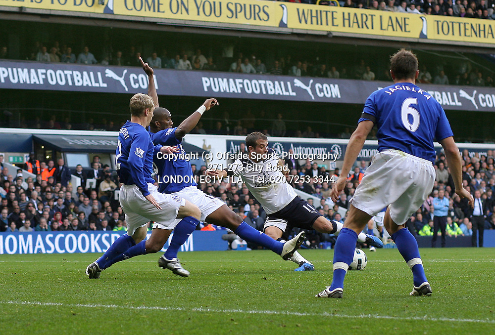 23/10/2010 Premier League football. Tottenham Hotspur v Everton.<br /> Rafael van der Vaart prepares to shoot.<br /> Photo: Mark Leech.