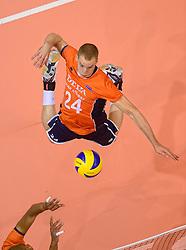 20150620 NED: World League Nederland - Portugal, Groningen<br /> De Nederlandse volleyballers hebben in de World League het vierde duel met Portugal verloren. Na twee uitzeges en de 3-0 winst van vrijdag boog de ploeg van bondscoach Gido Vermeulen zaterdag in Groningen met 3-2 voor de Portugezen: (25-15, 21-25, 23-25, 25-21, 11-15) / Dennis Borst