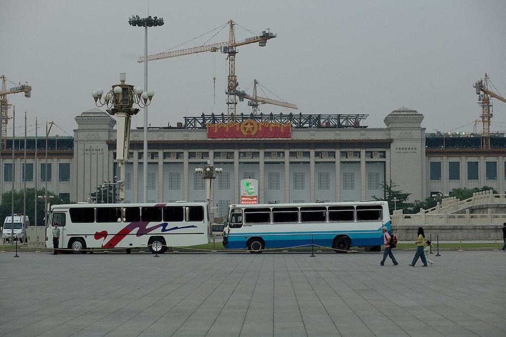 Côté est de la place, le musée de la Révolution.