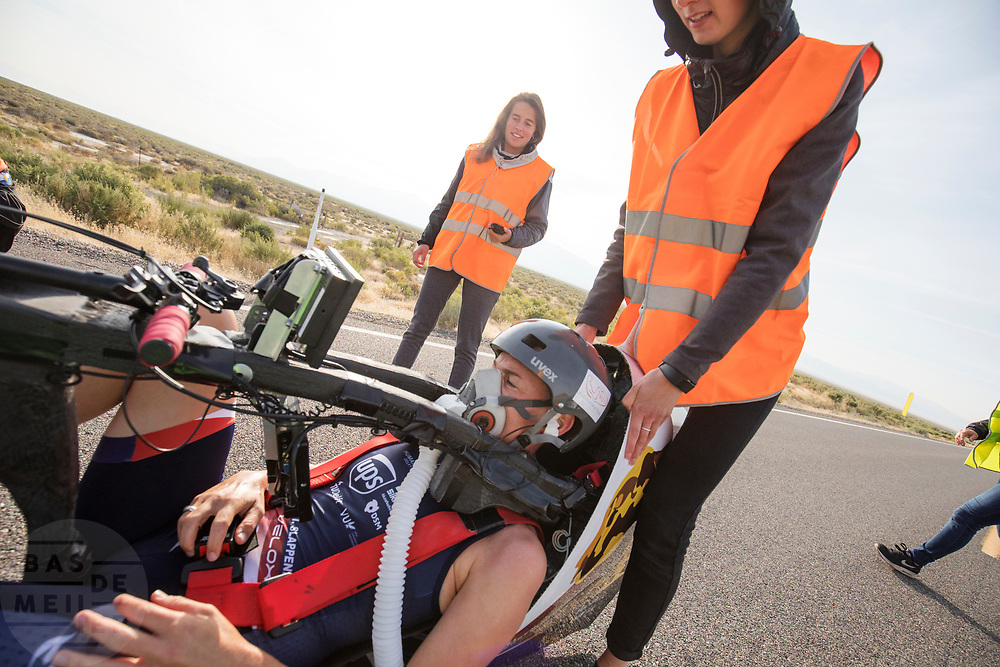 Iris Slappendel in de VeloX 7 tijdens de zesde en laatste racedag. Het Human Power Team Delft en Amsterdam, dat bestaat uit studenten van de TU Delft en de VU Amsterdam, is in Amerika om tijdens de World Human Powered Speed Challenge in Nevada een poging te doen het wereldrecord snelfietsen voor vrouwen te verbreken met de VeloX 7, een gestroomlijnde ligfiets. Het record is met 121,81 km/h sinds 2010 in handen van de Francaise Barbara Buatois. De Canadees Todd Reichert is de snelste man met 144,17 km/h sinds 2016.<br /> <br /> With the VeloX 7, a special recumbent bike, the Human Power Team Delft and Amsterdam, consisting of students of the TU Delft and the VU Amsterdam, wants to set a new woman's world record cycling in September at the World Human Powered Speed Challenge in Nevada. The current speed record is 121,81 km/h, set in 2010 by Barbara Buatois. The fastest man is Todd Reichert with 144,17 km/h.