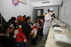 Child patients respire atomised liquid medicine in Xiangyang No. 1 People s Hospital in Xiangyang, east China s Hubei Province, Jan. 14, 2013. Continuous foggy condition in many Chinese cities these days has caused more children to get sick, China, January 14, 2013. Photo by Imago / i-Images...UK ONLY