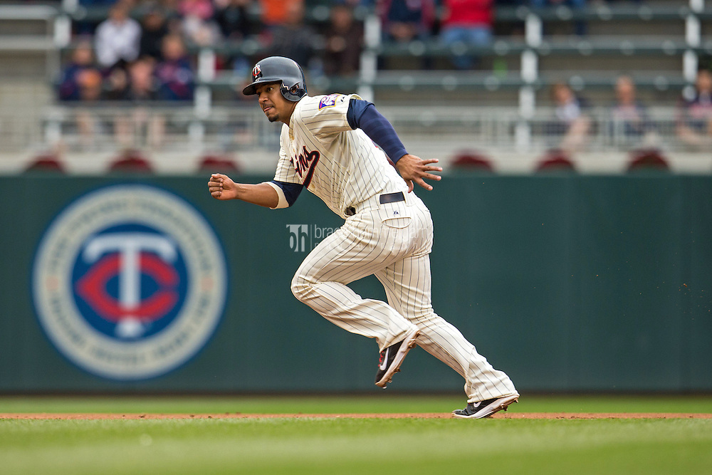MINNEAPOLIS, MN- SEPTEMBER 24: Eduardo Escobar #5 of the Minnesota Twins runs against the Arizona Diamondbacks on September 24, 2014 at Target Field in Minneapolis, Minnesota. The Twins defeated the Diamondbacks 2-1. (Photo by Brace Hemmelgarn) *** Local Caption *** Eduardo Escobar