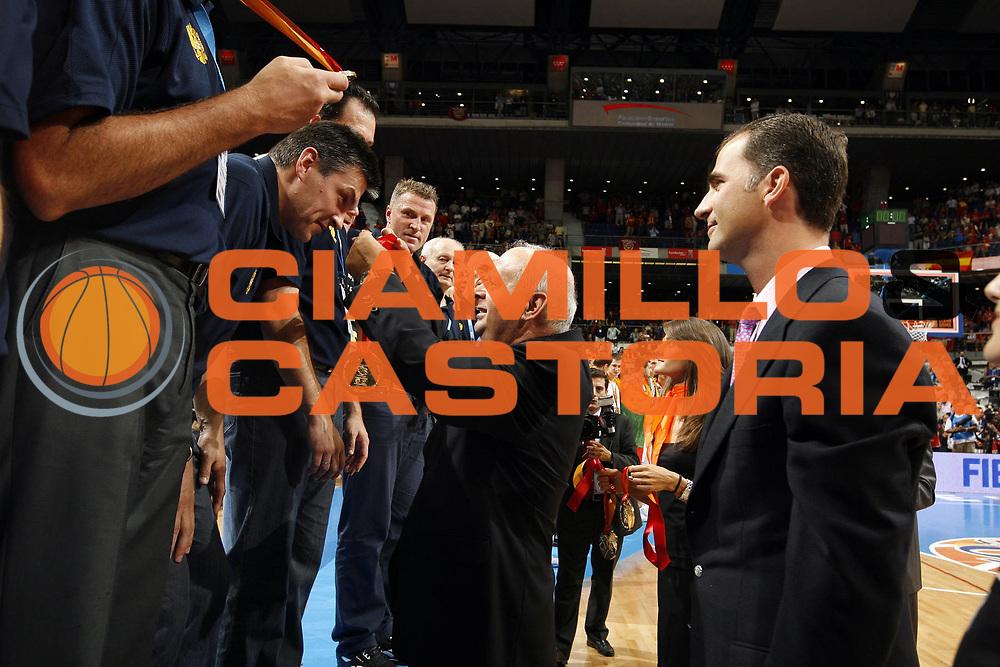 DESCRIZIONE : Madrid Spagna Spain Eurobasket Men 2007 Finals Finale Spagna Russia Spain Russia<br /> GIOCATORE : Vasilakopoulos Principe Felipe de Asturias<br /> SQUADRA : Russia<br /> EVENTO : Eurobasket Men 2007 Campionati Europei Uomini 2007 <br /> GARA : Spagna Russia Spain Russia<br /> DATA : 16/09/2007 <br /> CATEGORIA : award<br /> SPORT : Pallacanestro <br /> AUTORE : Ciamillo&amp;Castoria/E.Castoria<br /> Galleria : Eurobasket Men 2007 <br /> Fotonotizia : Madrid Spagna Spain Eurobasket Men 2007 Finals Finale Spagna Russia Spain Russia<br /> Predefinita :