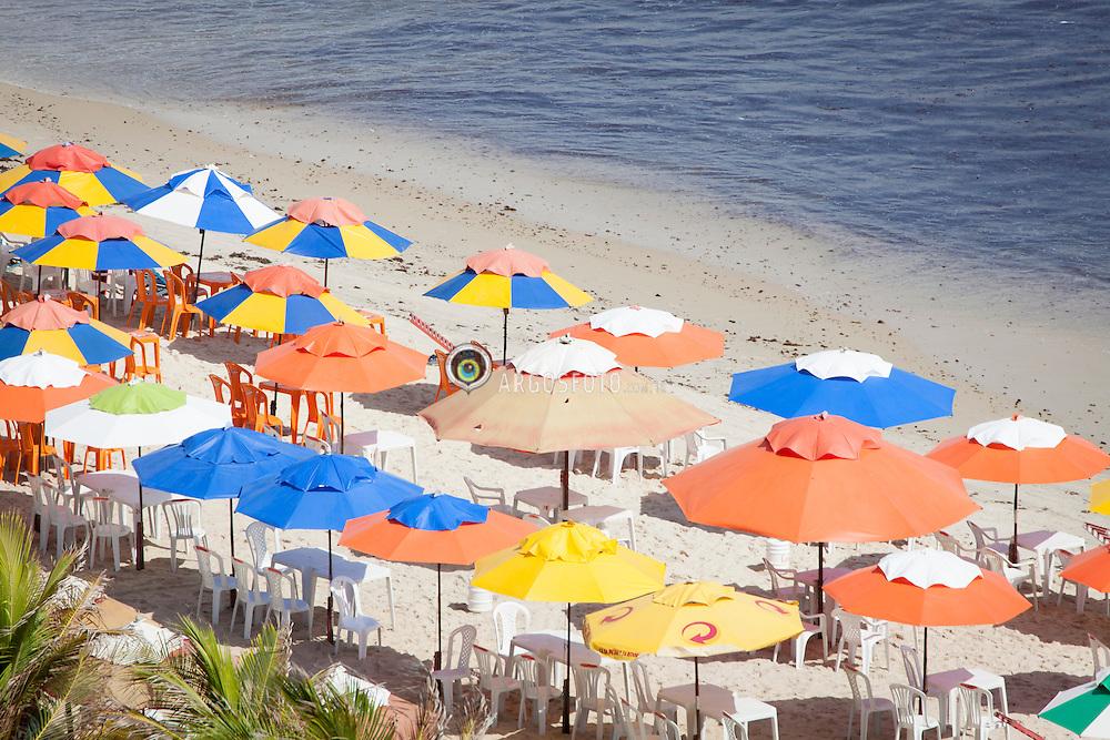 Guarda-sóis abertos em praia do Genipabu./ Umbrellas opened in Genipabu beach. Rio Grande do Norte, Brasil - 2013