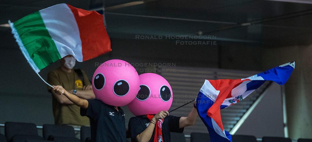 17-05-2016 JAP: OKT Dominicaanse Republiek - Italie, Tokio<br /> Itali&euml; verslaat Dominicaanse Republiek  met 3-0 / Support Publiek, vlaggen