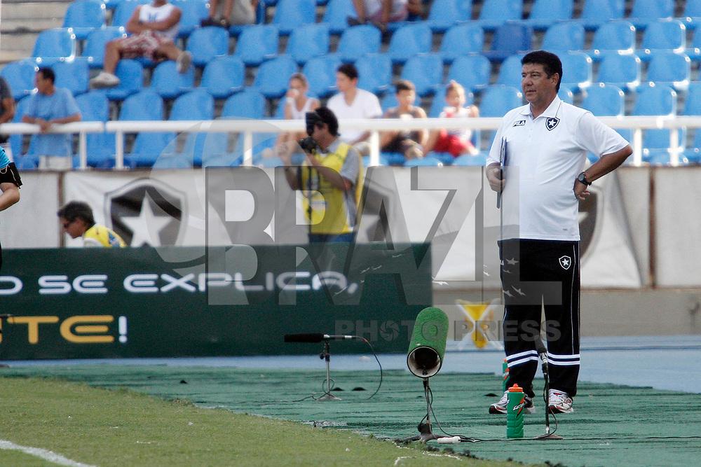 RIO DE JANEIRO, RJ, 20 DE JANEIRO DE 2011 - CAMPEONATO CARIOCA 2011 - BOTAFOGO X CAXIAS -  1o turno - Ta&ccedil;a Guanabara - Jogo entre Botafogo e Duque de Caxias no est&aacute;dio do Engenh&atilde;o. Na foto: O t&eacute;cnico Joel Santana na partida realizada esta tarde.<br /> FOTO: RUDY TRINDADE / NEWS FREE.