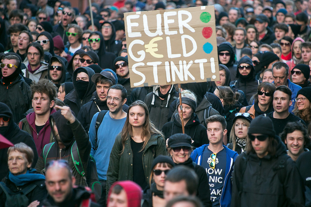 Germany - Deutschland - BLOCKUPY - Aktionstag mit Ausschreitungen und Blockaden;   Eröffnung des neuen Hauptsitzes der Europäischen Zentralbank. EZB; HIER: große, friedliche Blockupy Demonstration mit ca 20 Tsd Menschen; Euer GELD stinkt; ; Opening of the European Central Bank (Euro), ECB; police, sicurity … Frankfurt/Main, 18.03.2015; © Christian Jungeblodt