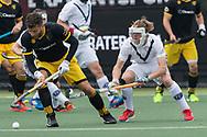 Den Bosch - Den Bosch - Pinoke Heren, Hoofdklasse Hockey Heren, Seizoen 2017-2018, 29-04-2018, Den Bosch - Pinoke 5-1,  Nicolas Della Torre (Den Bosch) en Gijs van Wagenberg (Pinoke)<br /> <br /> (c) Willem Vernes Fotografie