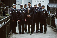 Hong Kong. Gurkhas becoming guards   / L'ex major Chris Hardy pose avec quelques uns des gardes Gurkhas qui travaillent pour sa société de gardiennage , Jardine's security. 500 ex soldats de l'armée britannique ont ainsi été rappelés du Népal pour servir dans la société. Deux cents autres seront embauchés l'année prochaine.  / R00057/22    L940315a  /  P0000291