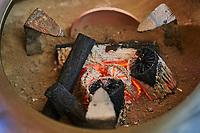 Japon, île de Honshu, région de Kansaï, Kyoto, cérémonie du thé avec Mr Amae Dairik, charbon de bois // Japan, Honshu island, Kansai region, Kyoto, tea ceremony with Mr Amae Dairik, wooden coal for fire