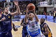 DESCRIZIONE : Beko Legabasket Serie A 2015- 2016 Dinamo Banco di Sardegna Sassari - Manital Auxilium Torino<br /> GIOCATORE : David Logan<br /> CATEGORIA : Passaggio Penetrazione<br /> SQUADRA : Dinamo Banco di Sardegna Sassari<br /> EVENTO : Beko Legabasket Serie A 2015-2016<br /> GARA : Dinamo Banco di Sardegna Sassari - Manital Auxilium Torino<br /> DATA : 10/04/2016<br /> SPORT : Pallacanestro <br /> AUTORE : Agenzia Ciamillo-Castoria/L.Canu